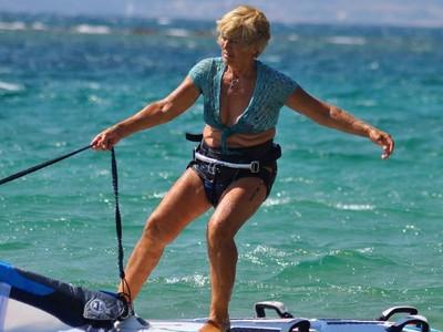 """ΔΕΙΤΕ την σούπερ-γιαγιά που είναι """"άσος"""" στο windsurf - ΦΩΤΟ και ΒΙΝΤΕΟ"""
