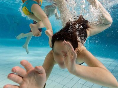 Μπάνιο σε... ούρα ξένων στην πισίνα; - Ο μύθος της καθαρής πισίνας από τη μυρωδιά χλωρίου