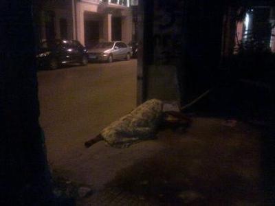 Πάτρα: Έκανε κρεβάτι το πεζοδρόμιο της Γ...