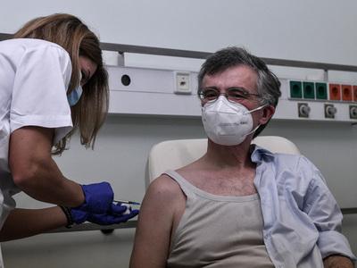 Εμβολιάστηκε ο Σωτήρης Τσιόδρας: «Δεν ήρ...