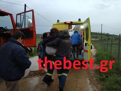 Δυτ. Αχαΐα: Την κουβάλησαν πυροσβέστες με τα χέρια μέχρι το ασθενοφόρο - Λίμνη ο δρόμος - ΦΩΤΟ