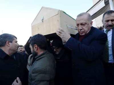 Στην κηδεία μάνας και γιου, θυμάτων του σεισμού, ο Ερντογάν - Κρατούσε το φέρετρο