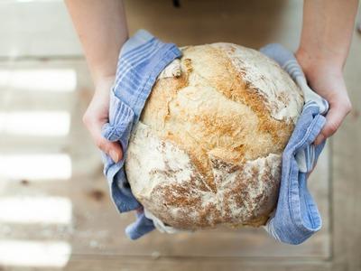 Πώς ο κορωνοϊός έφερε ξανά στη μόδα το ζυμωτό ψωμί ! Πώς να φτιάξετε το δικό σας