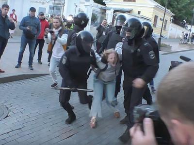 Ρώσοι αστυνομικοί γρονθοκοπούν διαδηλώτρια- ΒΙΝΤΕΟ