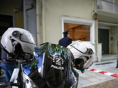 Γυναίκα απειλούσε να πέσει από το μπαλκόνι στη Φαβιέρου