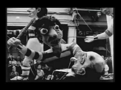 Ο Μίμης Φωτόπουλος αναζητά την ...κιβωτό του Νώε υπό καταρρακτώδη βροχή στο Πατρινό Καρναβάλι του 1959!!!