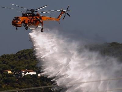 Υπό έλεγχο η φωτιά στη Ραφήνα – Ρίχτηκαν στη μάχη οι πυροσβέστες