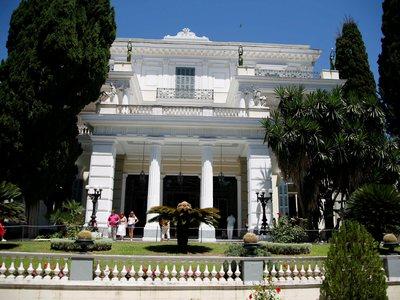 Σε άθλια κατάσταση το παλάτι της πριγκίπισσας Σίσσυ στην Κέρκυρα! ΦΩΤΟ