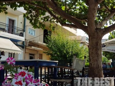 Το παλιό καλό καφενείο, κάτω από τα πλατάνια, παραμένει ζωντανό στην Πάτρα