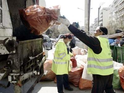 Πάτρα: Μαζεύουν τα σκουπίδια από τους κε...