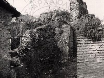 Στα σπίτια μέσα, πάνω και πέριξ του Ρωμα...