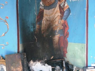 Τέμενη Αιγίου: Ιερόσυλοι έβαλαν φωτιά και βεβήλωσαν τις εικόνες της Εκκλησίας
