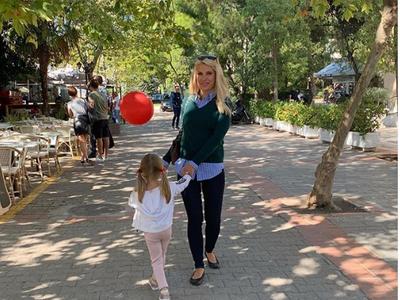 Οι βόλτες της Ελένης Μενεγάκη με τη μικρή της κόρη