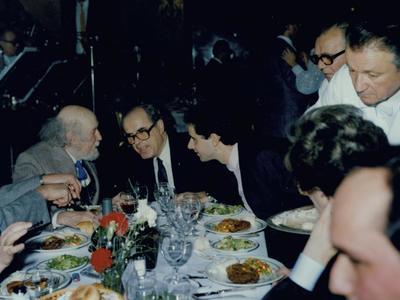 Ο Αντώνης Πετμεζάς με τον πατέρα του Γκολφίνο και τον Γιάννη Τσαρούχη.