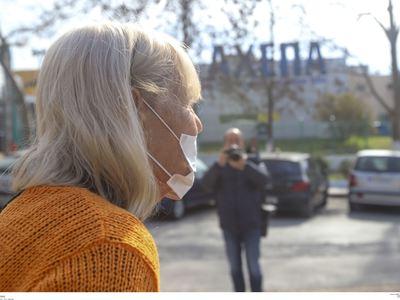 φωτο eurokinissi έξω από το ΑΧΕΠΑ όπου κόσμος προσερχόταν με μάσκες