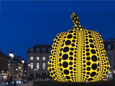 To Παρίσι «αγκαλιάζει» τη σύγχρονη τέχνη και η Place Vendome την κολοκύθα της Υayoi Kusama
