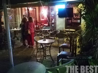 Πανικός στην Τριών Ναυάρχων – Ντου κουκουλοφόρων σε καφενείο