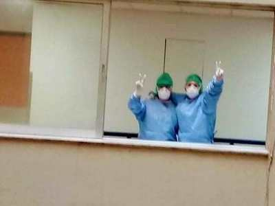 Γιατροί του Ρίου χαιρετούν από τα παράθυ...