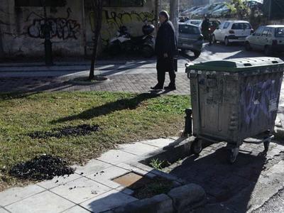 """Συνελήφθη 37χρονη στην Πάτρα - Έπαιρνε τα """"λύτρα"""" από τα σκουπίδια!"""