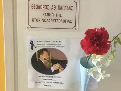 90dc4ba3c2 Πάτρα  Λίγα λουλούδια στην πόρτα του γραφείου του 64χρονου ιατρού Θεόδωρου  Παπαδά