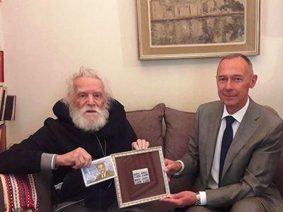 Αγνώριστος ο Μανώλης Γλέζος- Τον τίμησε η Ρωσία για τον αγώνα του κατά του ναζισμού – ΦΩΤΟ