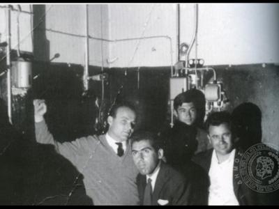 Η καμπίνα προβολής το 1957. Ο κινηματογράφος Rex άνοιξε το 1948 στη θέση που υπήρχε το γωνιακό Πάνθεον.
