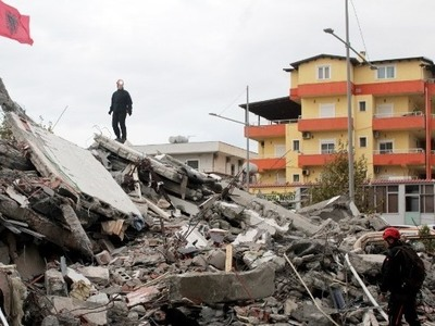 Αλβανία: «Μπαμπά, έσωσα μόνο τη μαμά» - Η τραγική ιστορία του πατέρα που εργάζεται στην Αμαλιάδα
