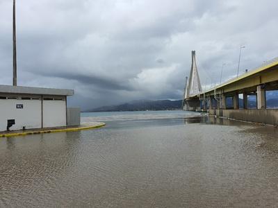 Ο πλημμυρισμένος προβλήτας της Γέφυρας Ρ...