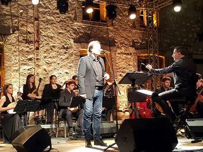 Μοναδική η συνύπαρξη του Γιάννη Κότσιρα με την Ορχήστρα Νυκτών Εγχόρδων!