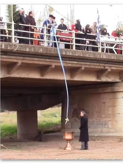 Ένας διαφορετικός... καθαγιασμός- Ο παπάς πέταξε τον σταυρό από γέφυρα σε κολυμπήθρα -ΦΩΤΟ