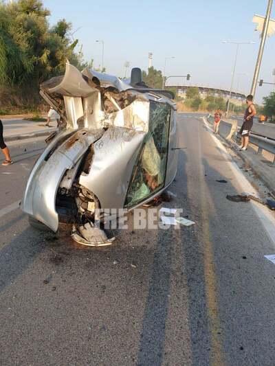 """Πάτρα: Σοκαριστικό τροχαίο τα ξημερώματα- """"Σμπαράλια"""" το όχημα- Ελαφρά ευτυχώς τραυματισμένη η νεαρή οδηγός"""