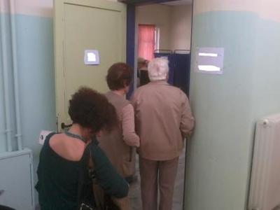 Πάτρα: Παππούς έψαχνε το ψηφοδέλτιο του....