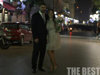 Οι αντιεξουσιαστές χειροκρότησαν νιόπαντρο ζευγάρι που κατέβαινε από το Δημαρχείο της Πάτρας- ΦΩΤΟ