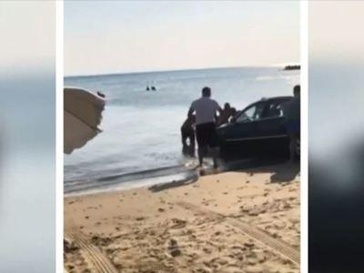 Λύθηκε το χειρόφρενο και το αυτοκίνητο πέρασε σύριζα από τους λουόμενους στη Μακύνεια Ναυπάκτου- ΒΙΝΤΕΟ