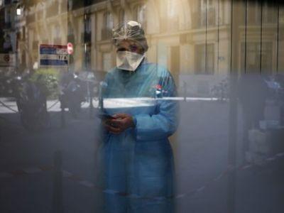 Γαλλία: Γιατρός πόζαρε γυμνός για να καταγγείλει την τύχη των επαγγελματιών υγείας απέναντι στον κορωνοϊό