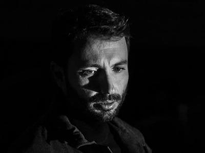 """Ο Δημήτρης Κανέλλος τραγουδά το νέο κομμάτι """"Αλητάκι"""" σε ποίηση Άλκη Αλκαίου και μουσική Θάνου Μικρούτσικου"""