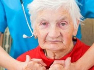 Οι ηλικιωμένοι που πέφτουν συχνά θύματα εξαπάτησης μπορεί να εμφανίσουν Αλτσχάιμερ