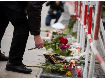 Η επόμενη μέρα στο Παρίσι: Πάνοπλοι αστυνομικοί, πένθος, σκυθρωπά πρόσωπα