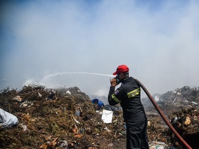 Mπαράζ πυρκαγιών σε σωρούς από σκουπίδια στην Αιγιάλεια