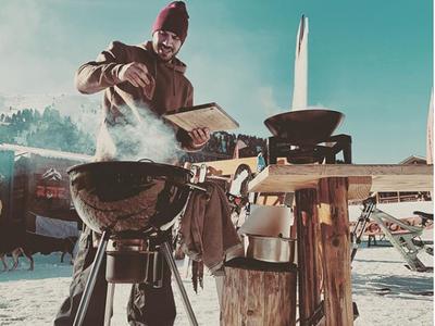 Ο Άκης Πετρετζίκης μαγειρεύει στα χιονισμένα Καλάβρυτα