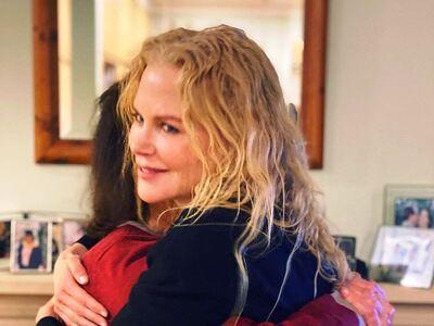 Η Νικόλ Κίντμαν αγκαλιάζει τη μητέρα της...