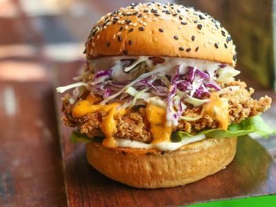 Burger με δροσερή και πεντανόστιμη κοτοσαλάτα