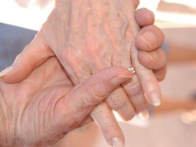 Ζευγάρι ανεμβολίαστων ηλικιωμένων έσβησε...