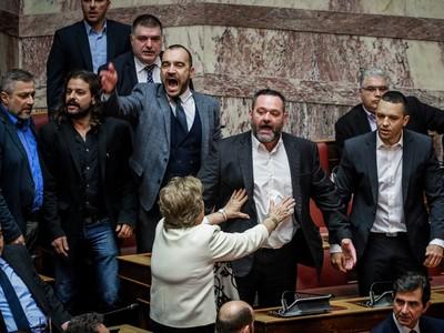 Επεισόδιο στη Βουλή με την Χρυσή Αυγή, μετά την ψήφο του Μπαρμπαρούση