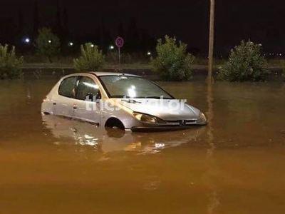 Αυτοκίνητα κάτω από το...νερό στη Θεσσαλ...