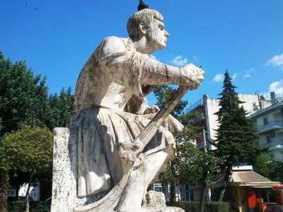 Πάτρα: Καθάρισαν το άγαλμα στην πλατεία ...