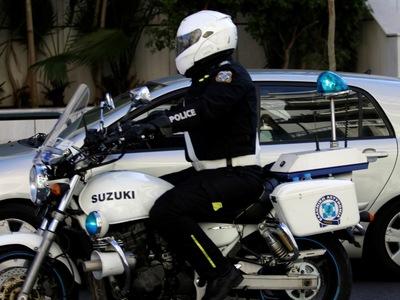 Πάτρα: Κλήση στο 100 για ημίγυμνο άνδρα που προκαλεί φθορές σε αυτοκίνητα