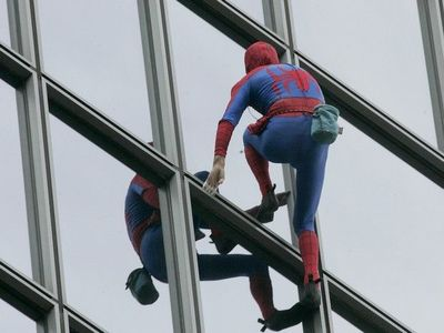 Ο Γάλλος Spiderman που διαμαρτύρεται για τις συντάξεις- BINTEO