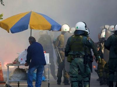Μεγάλης έκτασης επεισόδια με τραυματισμούς αστυνομικών στο μπαράζ ανόδου της Αιτωλοακαρνανίας
