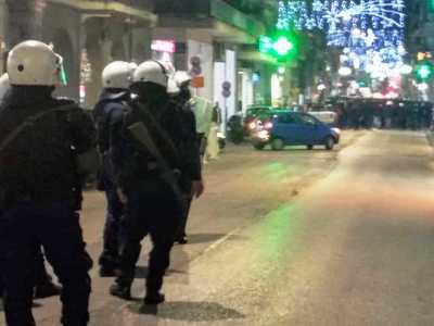 Τώρα! Συγκέντρωση αντιεξουσιαστών έξω από το Αστυνομικό Μέγαρο της Πάτρας